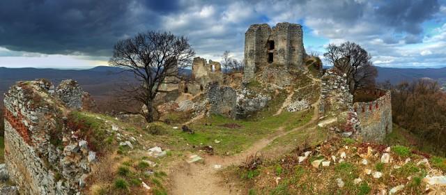 Zrútila sa časť steny hradu