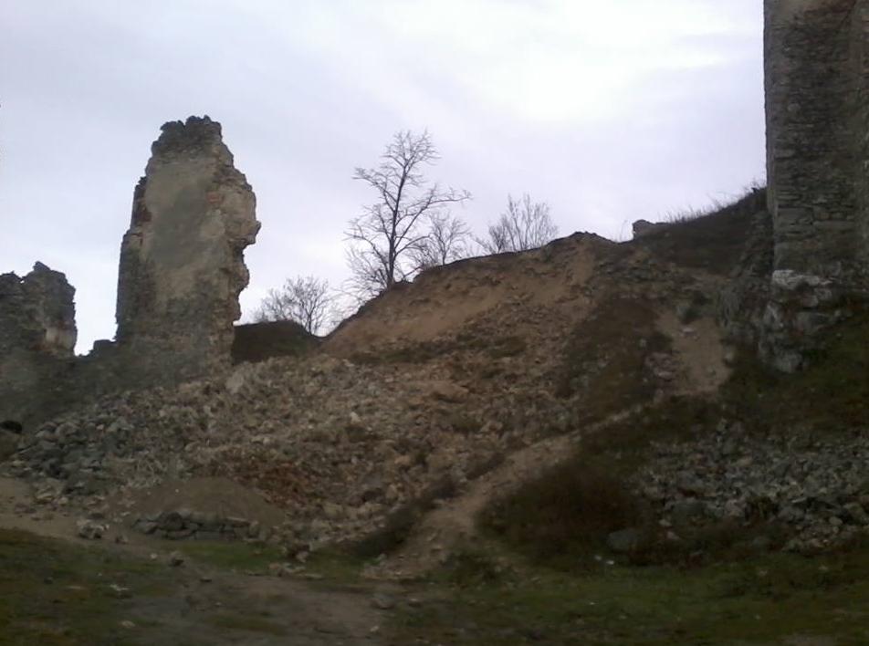 zrutena cast hradu